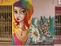 Graffiti und Geschäftsbemalung: Frau mit Blume und Schmetterling