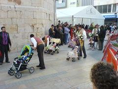 Kleinkinder in traditionellen, spanischen Trachten
