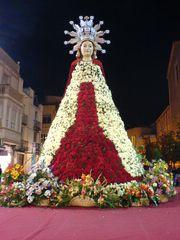 Die fertig mit Blumen geschmückte Virgen de los Desamparados bei Nacht