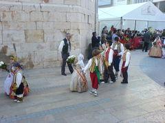 Kinder in traditionellen, spanischen Trachten