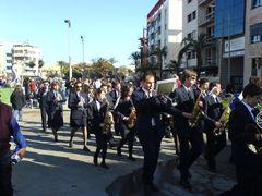Musiker marschieren durch die Straßen