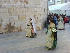 Frauen in traditionellen, spanischen Trachten.
