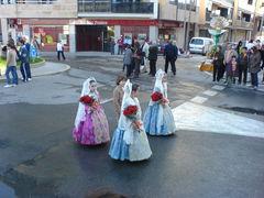 Kinder in traditiionellen, spanischen Trachten