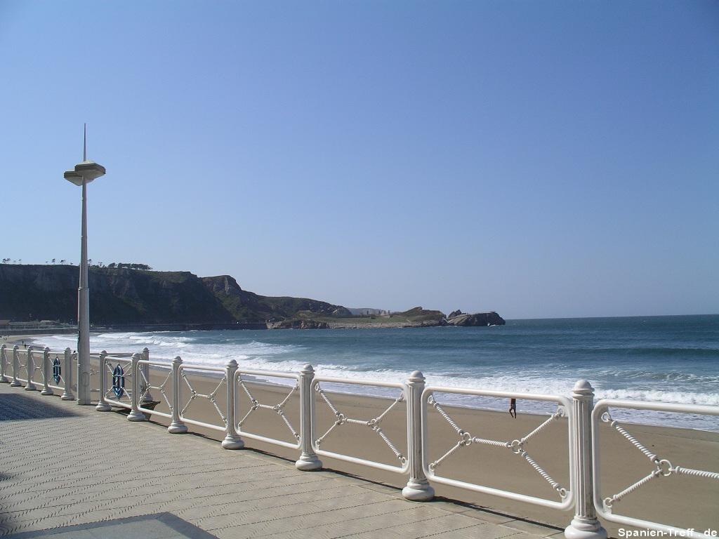 Strand von Salinas in Asturien