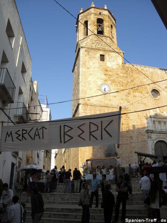 Eingang zum Iberischer Markt von Sant Miquel in Alcanar mit Kirche