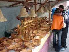 Holzgeschirr und Holzbesteck auf dem Markt aus Olivenholz