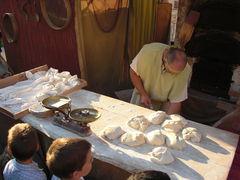 Frische Brotzubereitung am Markt