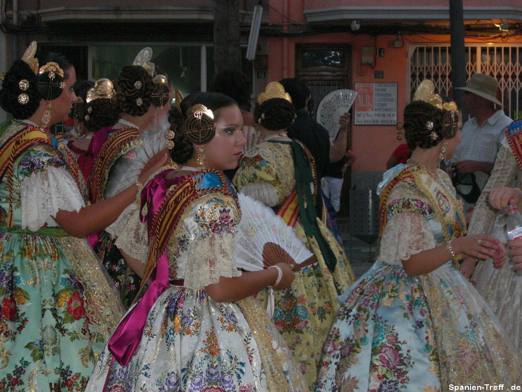 Die Damen in traditionellen, spanischen Trachten