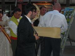 Mann bekommt Bauchbinde zur traditionellen, spanischen Tracht