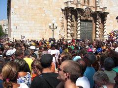 Menschen warten auf die Eröffnung der Fiesta