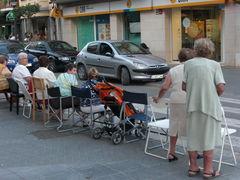 Die Älteren reservieren sich die besten Plätze zum Schaulauf