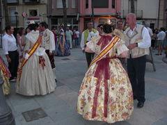 Die Damen und Männer in traditionellen, spanischen Trachten