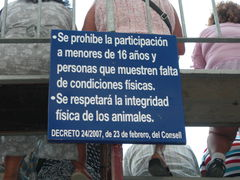Schild mit Hinweisen zu den Stierläufen