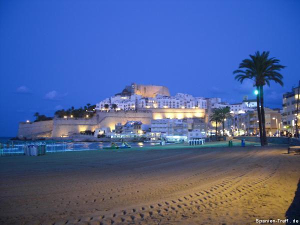 Nachtansicht auf Strand und der Burg von Peñíscola