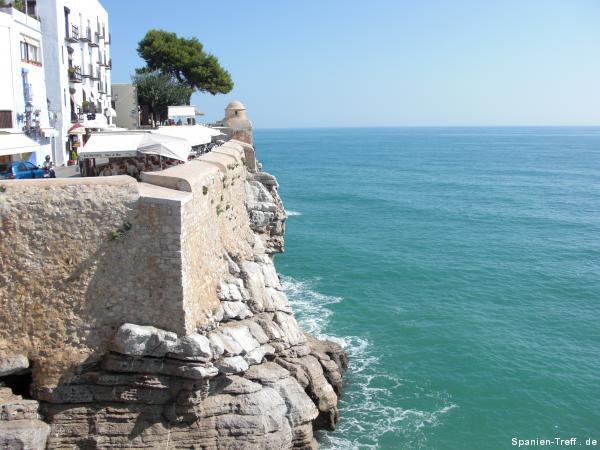 Blick von der Mauer auf die Felsen und das Meer.