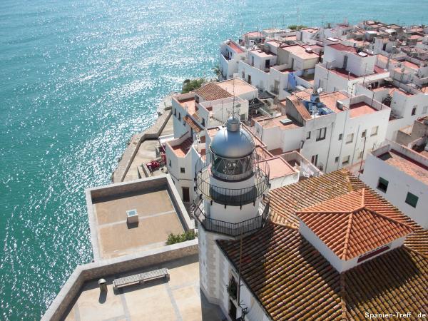 Blick von oben auf den Leuchtturm von Peñíscola und das Meer.