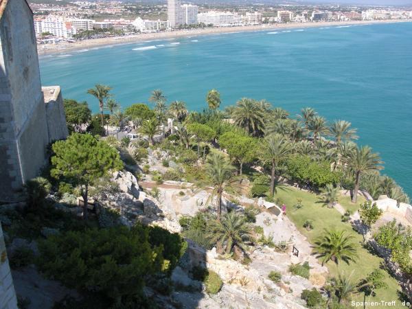 Blick auf den Garten von Papa Luna mit Strand von Peñíscola im Hintergrund.
