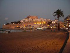 Abendansicht auf Strand und Burg