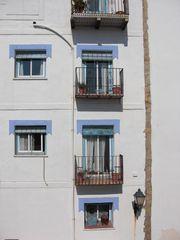 Hausfasade in Peñíscola bei der Fontaine