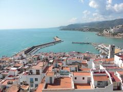 Blick über die Dächer auf den Hafen von Peñíscola