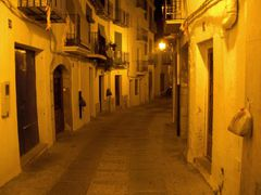 Straßen Nacht mit Müllbeuteln an den Wänden.
