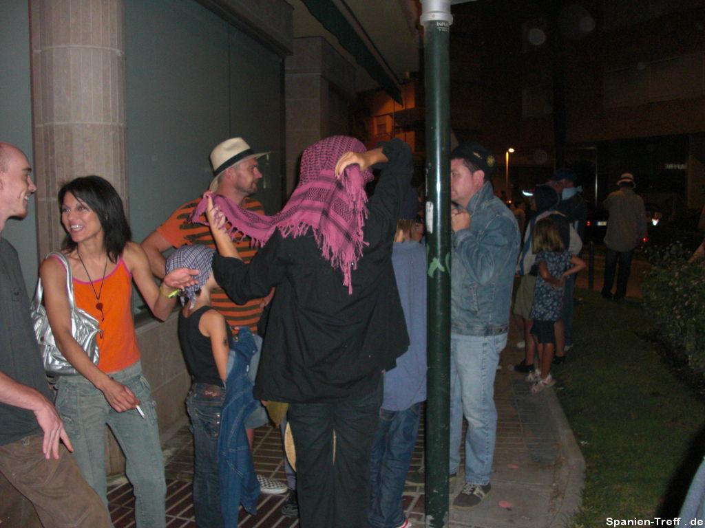 Correfoc - Leute vermummen sich für den Feuerlauf