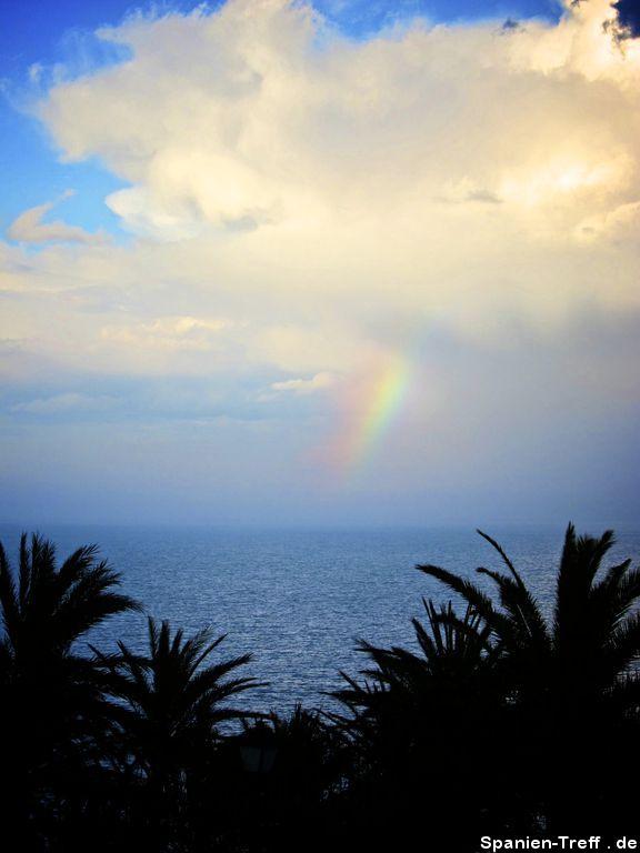 Wolke mit kleinem Regenbogen
