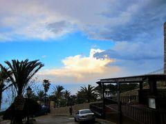 Wolken mit kleinem Regenbogen