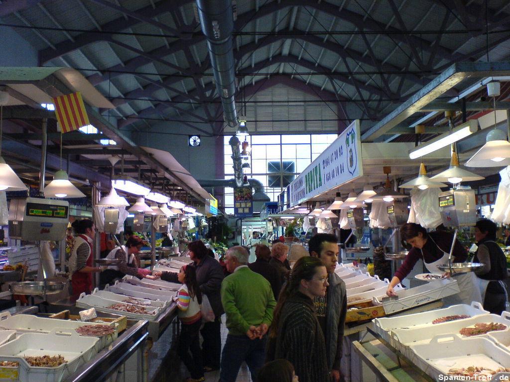 Verkaufsstände in der Markthalle