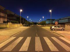 Zebrastreifen mit Nachthimmel und Straße