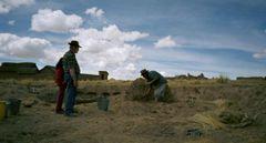 Vorbereiten der Lehmmasse zu einer breiigen Konsistenz.