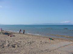 Strand am Ebrodelta mit Blick auf die Berge
