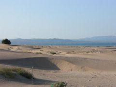 Dünen mit Blick auf die Berge
