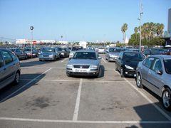 Deutscher Autofahrer macht sich in Spanien auf dem Parkplatz breit