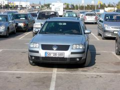 Deutsches Auto parkt in Spanien auf zwei Parkplätzen