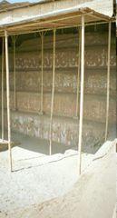 Einzelner Bauabschnitt des Tempels Huaca de la Luna mit ornamentalen Verzierungen.