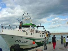 Fischerboot legt an