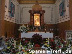 Altar mit Maria und Blumen