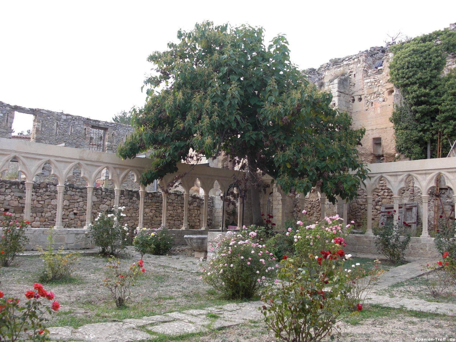 Rosengarten mit Baum in Morella