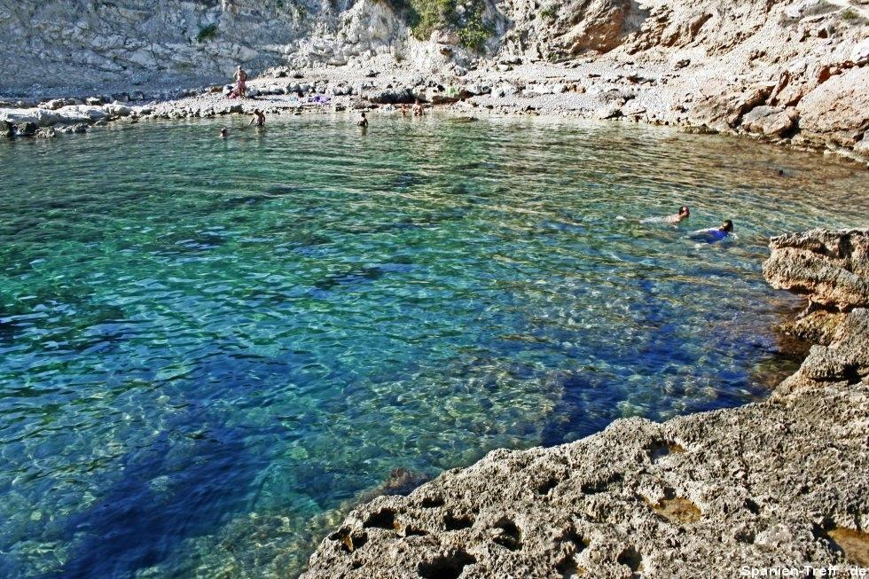 Klares Meer und Strand in Spanien